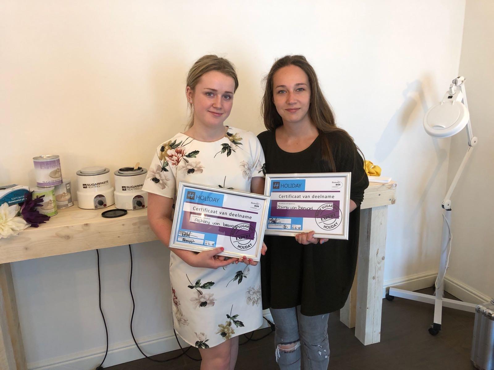 twee dames met certificaat van de cursus Body sugaring