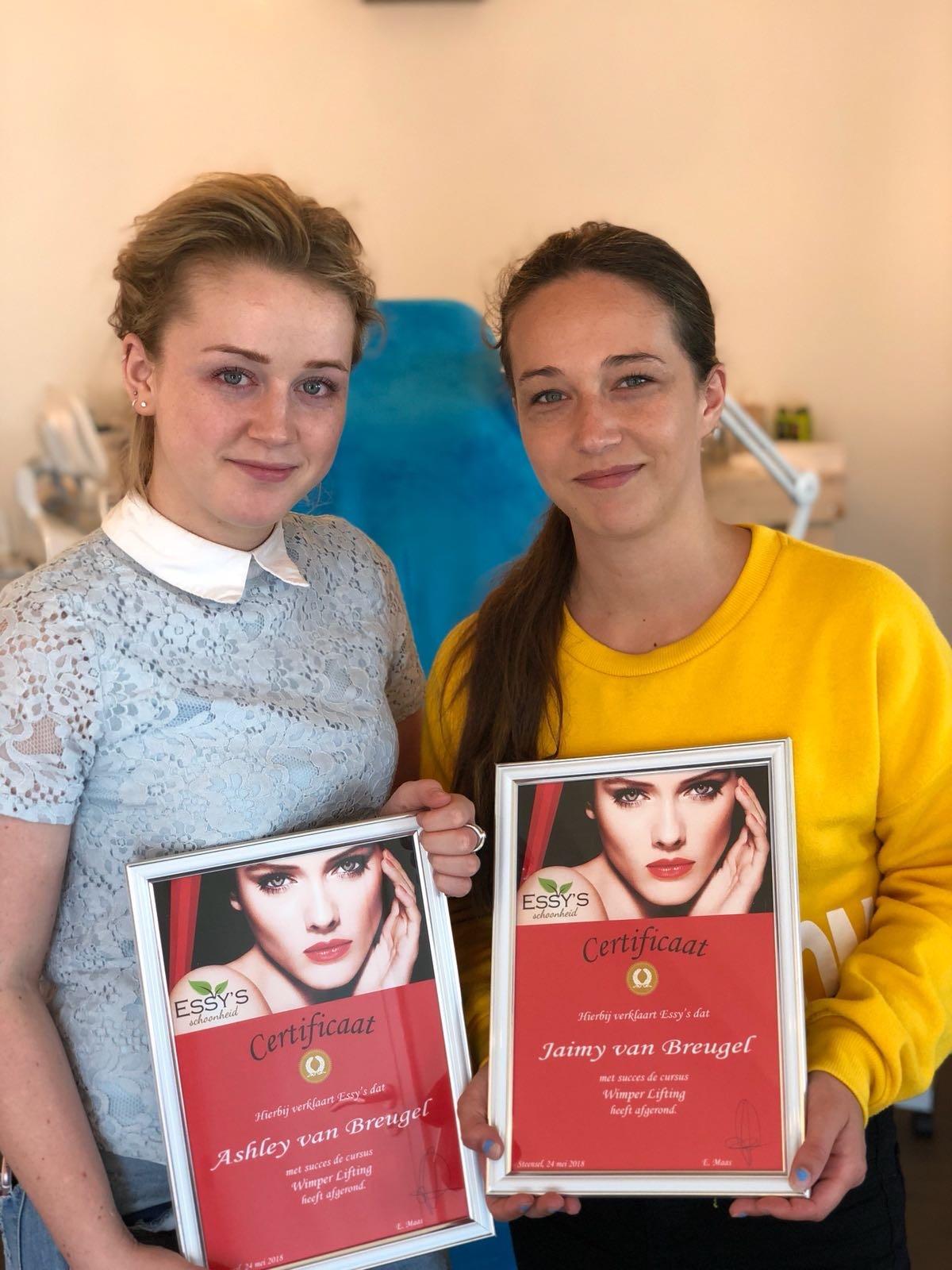 2 dames met certificaat van de cursus Lash lifting